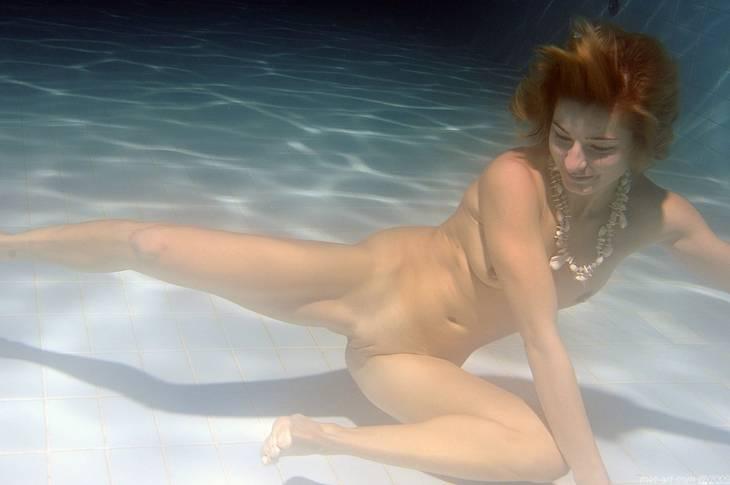 Голая под водой девушка покажет своё сексуальное тело в самых невообразимых
